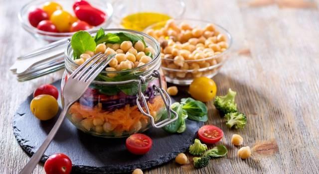 Insalata di ceci con pomodori, carote e spinacino: l'avete mai provata nel barattolo?