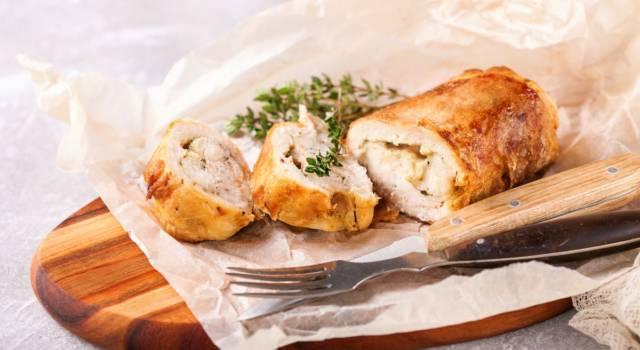 Involtini di pollo ripieni al forno, un secondo piatto semplice e delizioso!