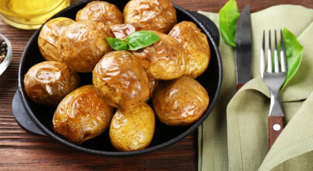 Come si fanno le patate al forno perfette (morbide dentro e croccanti fuori)?