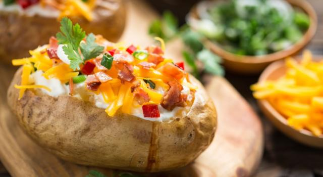Come preparare le patate ripiene al forno con formaggio e pancetta
