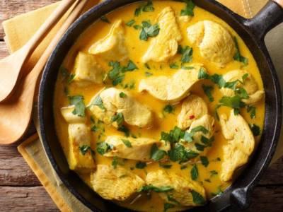 Pollo al curry con latte accompagnato da riso basmati: davvero inebriante!