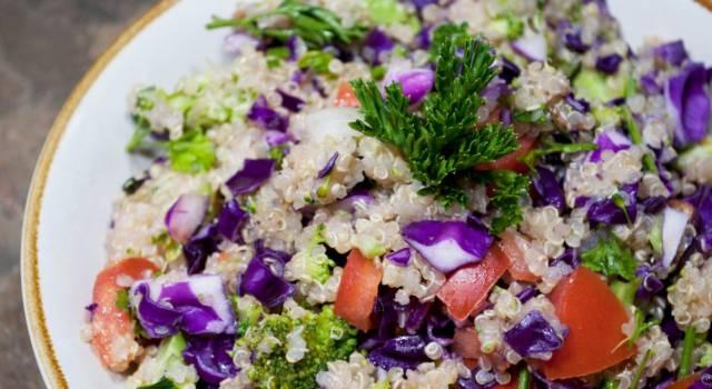 Come cucinare la quinoa con pomodori, cavolo viola e broccoli