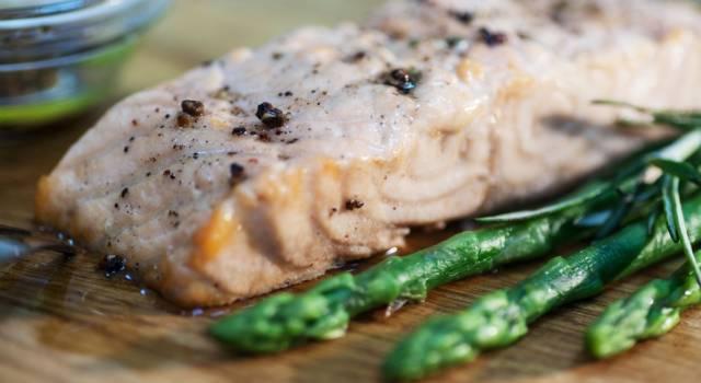 Filetto di salmone al forno con asparagi: la ricetta del secondo piatto!