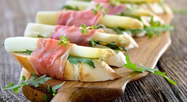 Rustici crostini con asparagi bianchi e prosciutto