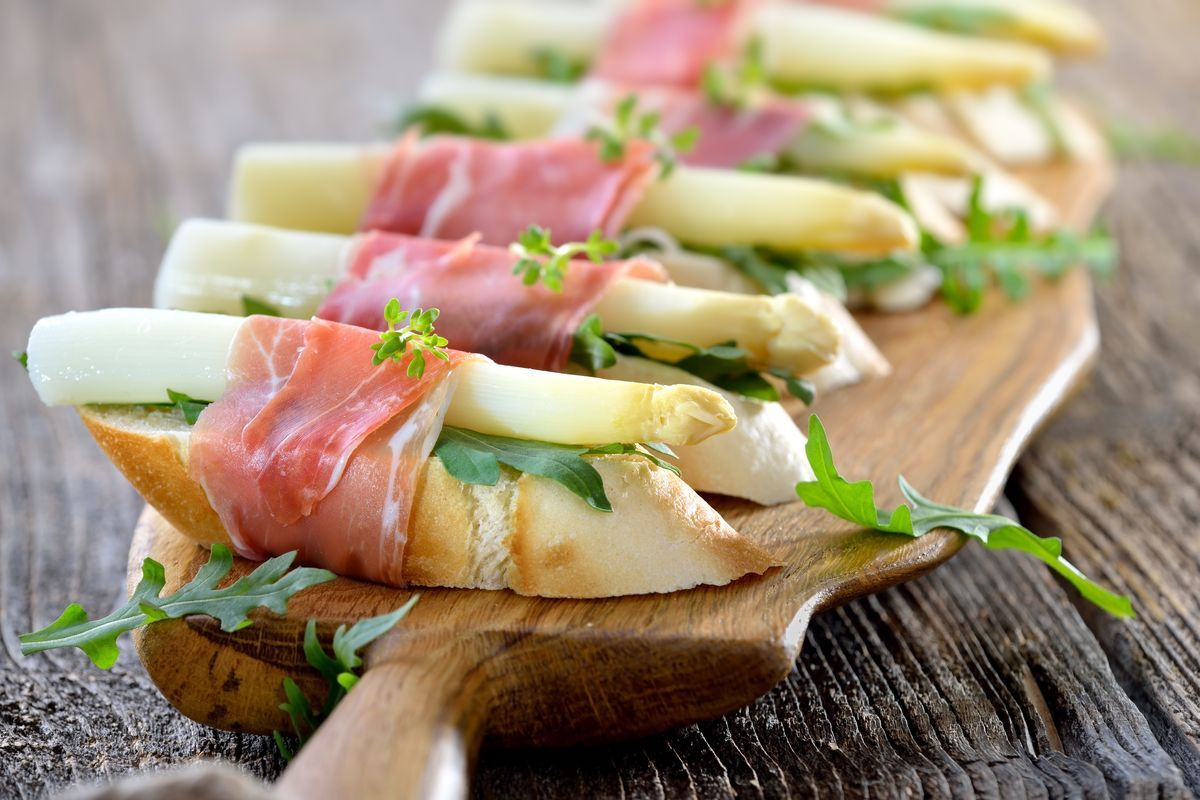 crostini con asparagi bianchi e prosciutto