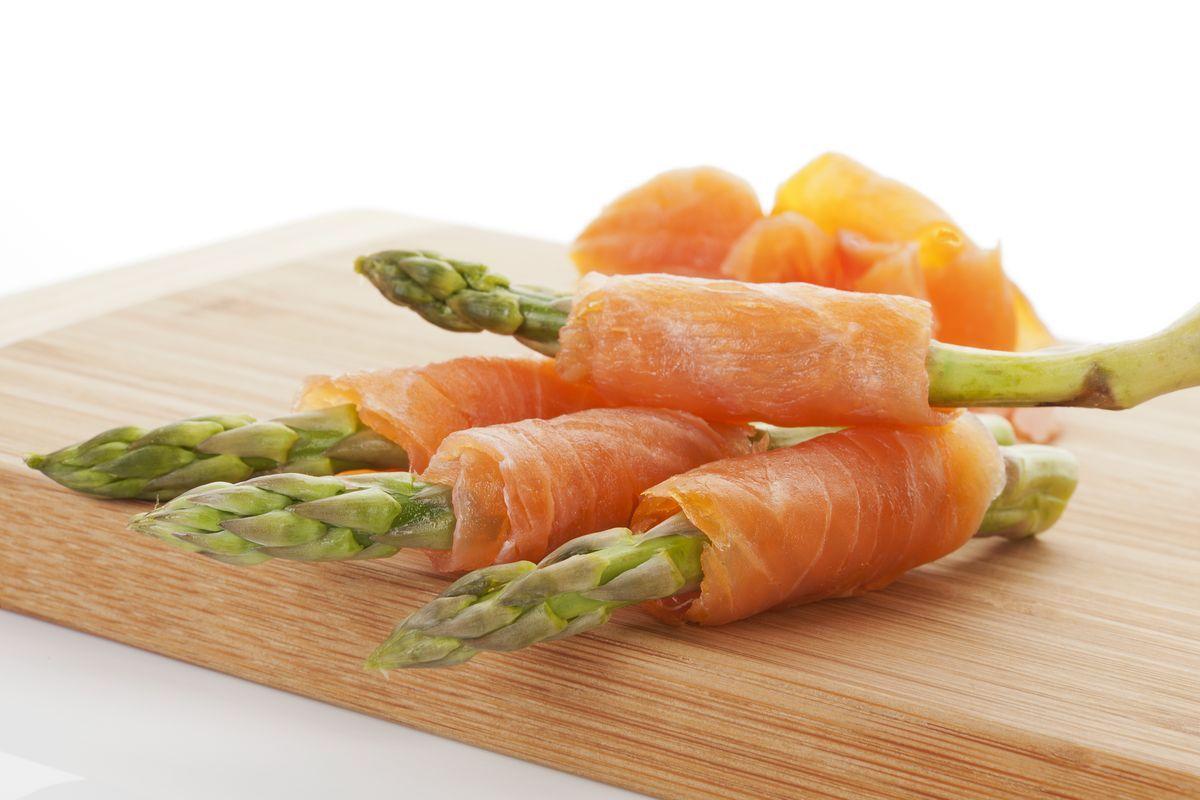 Involtini salmone e asparagi
