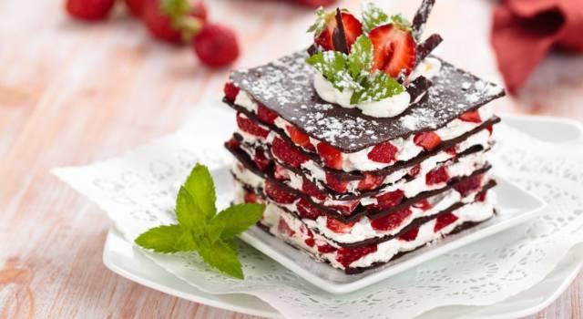 Millefoglie di cioccolato con panna e fragole: che bontà!