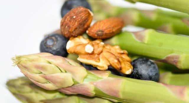 Asparagi con frutta secca: un contorno facile e veloce!
