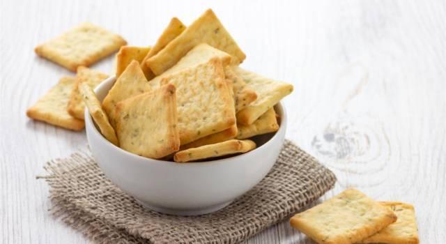 Sfiziosi e perfetti per l'aperitivo: biscotti con aglio e erba cipollina