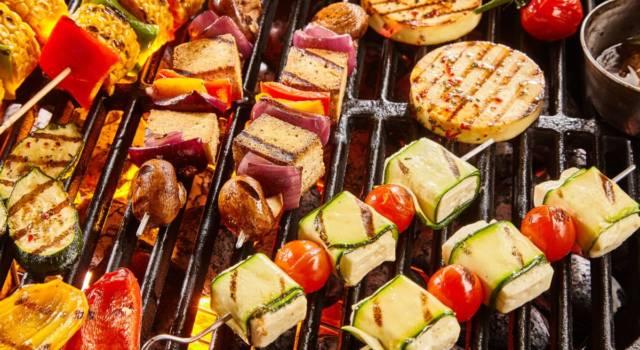 Tempo di pranzi all'aperto: ecco come organizzare una grigliata vegan perfetta