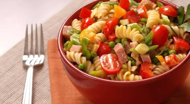 Semplice, buona e veloce: è l'insalata di pasta e prosciutto cotto!