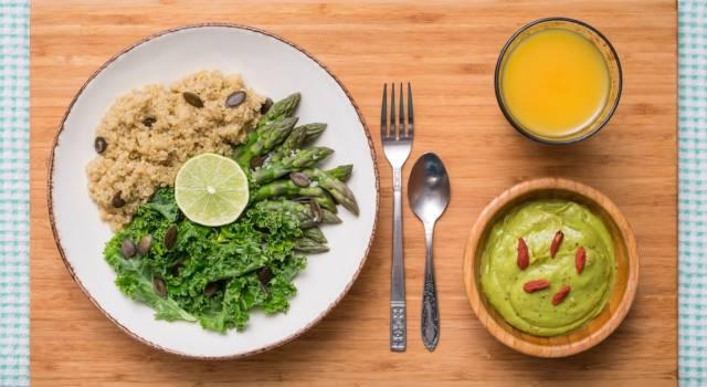 Insalata di quinoa con asparagi: un piatto primaverile