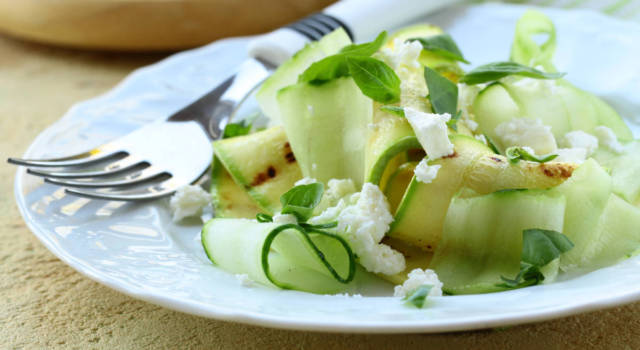 Insalata di zucchine con aceto balsamico e parmigiano: perfetta per l'estate!