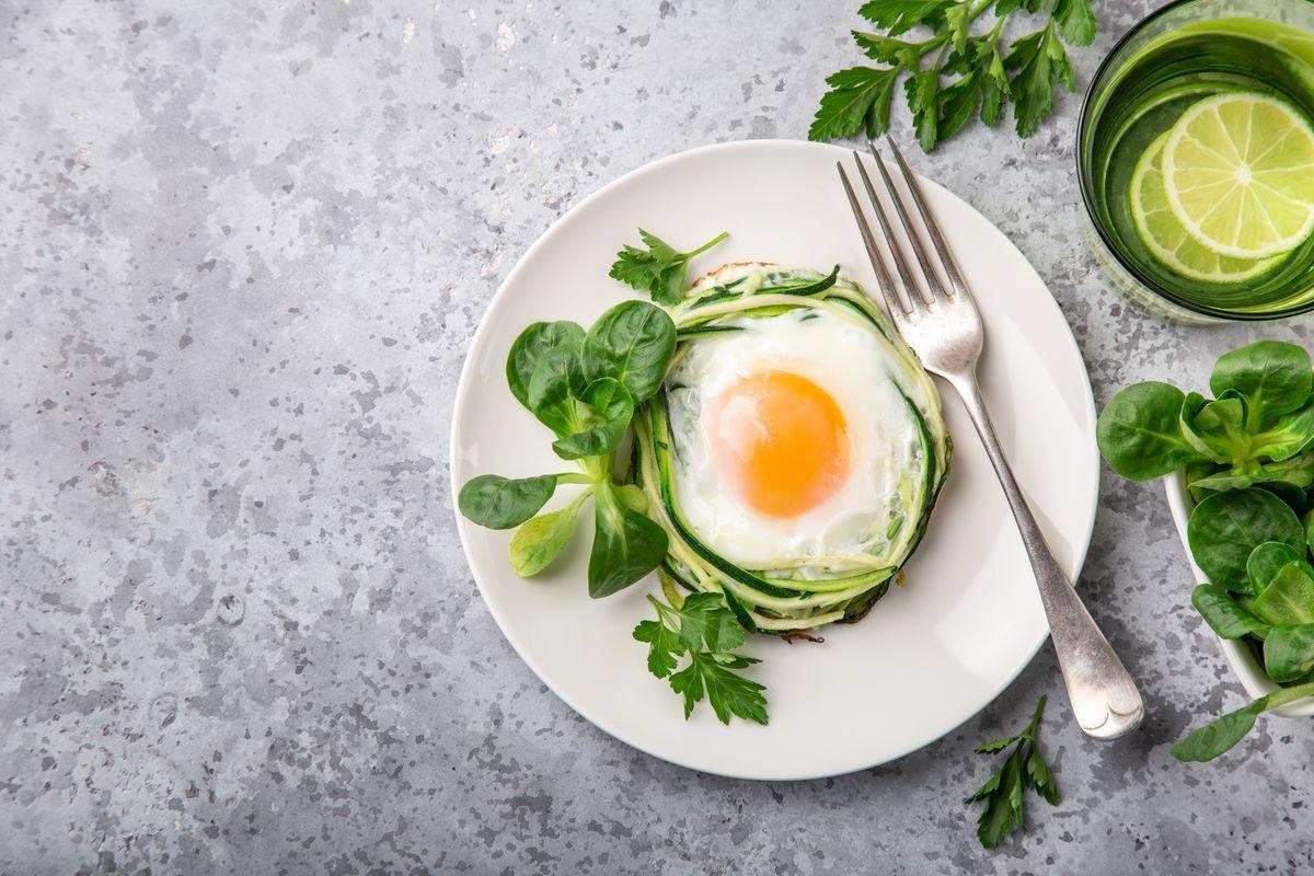 nidi di uova e zucchine