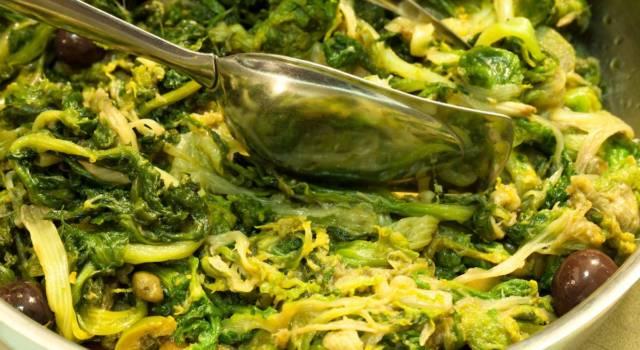 Scarola in padella con olive e capperi: un contorno semplice