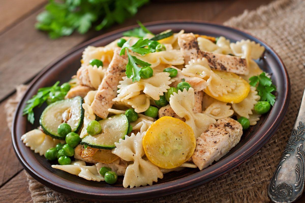 Pasta fredda con zucchine e pollo