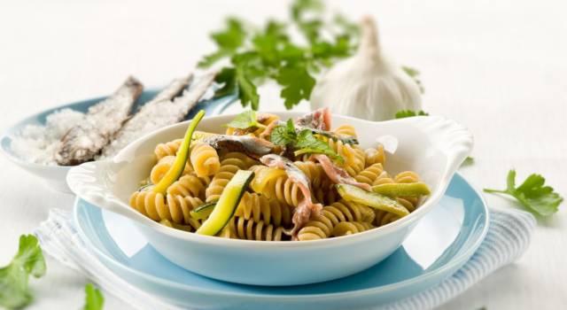 Un primo piatto delizioso, la pasta zucchine e alici