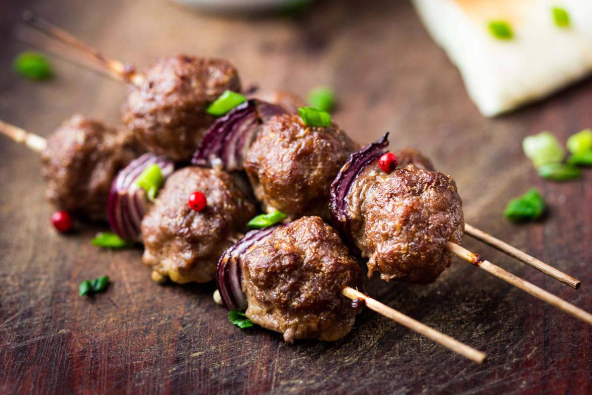 Spiedini di carne con cipolla
