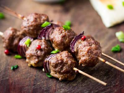 Spiedini di carne e cipolla croccante: un classico mai banale!