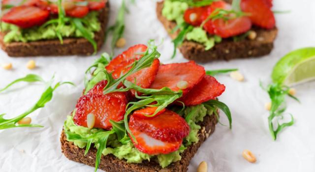 Toast con avocado e fragole: un antipasto o un dolce?