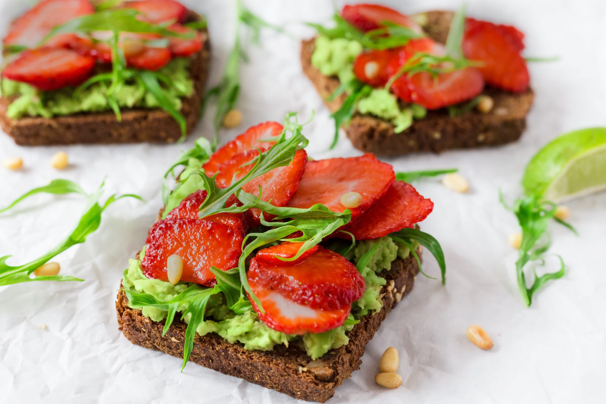 Toast avocado e fragole