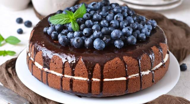 Torta soffice ai mirtilli con panna e glassa al cioccolato
