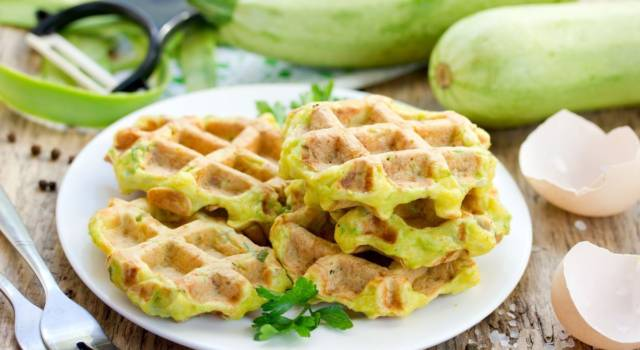 Soffici waffle salati con zucchine: ecco come prepararli