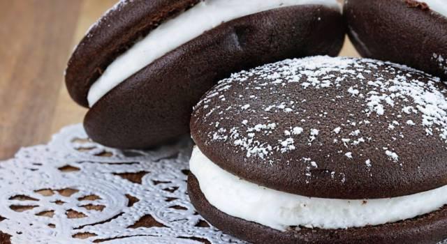I whoopie pie senza glutine con farcia al cocco sono irresistibili: provateli!