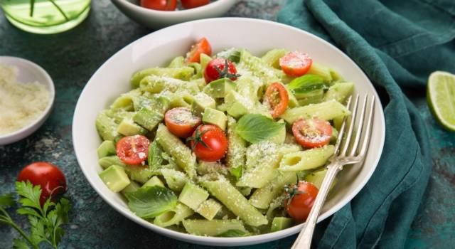 Facile e buonissima: è la pasta con crema di avocado e pomodorini