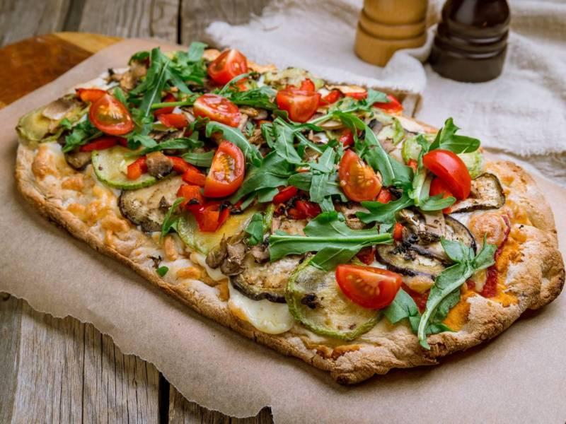 Non chiamatela pizza! Ecco come preparare la pinsa romana