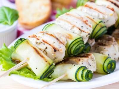 Spiedini di pesce con le zucchine: facili e veloci!