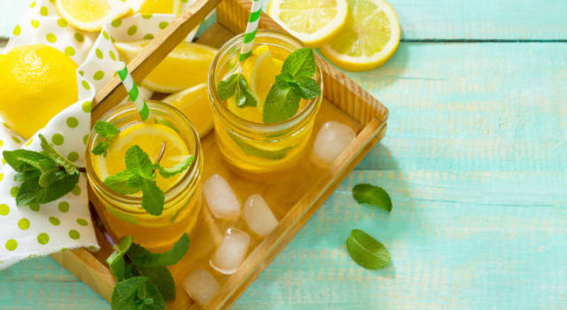 Acqua aromatizzata alla curcuma e limone: una bevanda naturale e benefica