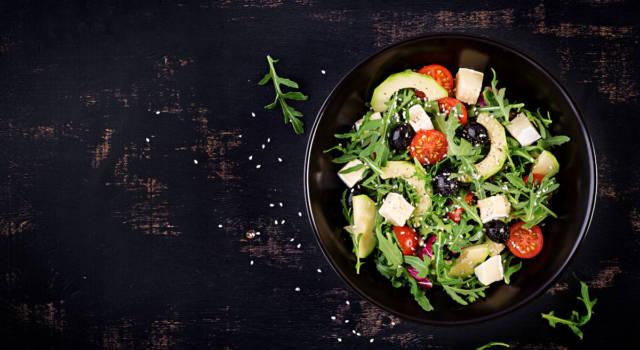 Gustosa e nutriente insalata con avocado e olive