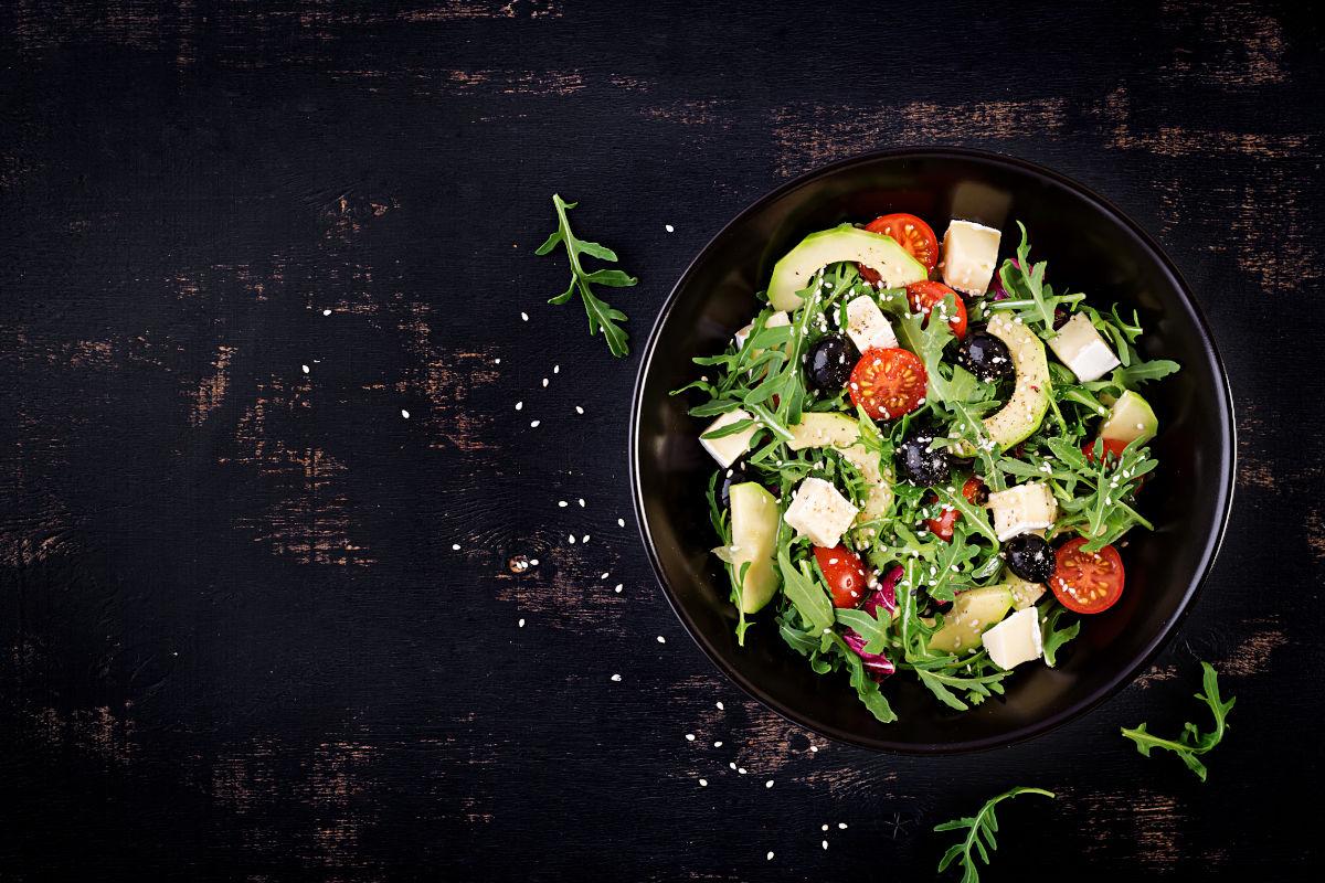 insalata con avocado, pomodoro e olive