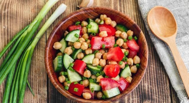 Ricca insalata di ceci con cetrioli e pomodori: perfetta come contorno o piatto unico