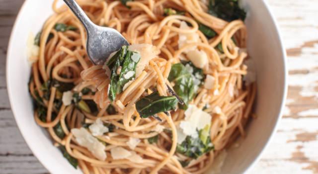 Spaghetti con cavolo cappuccio, acciughe e pomodoro