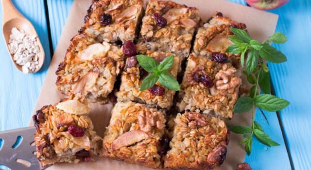 La torta con farina di avena, mele e uvetta vi farà perdere la testa!
