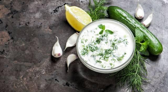 Tzatziki, che delizia: ecco la ricetta della salsa greca con yogurt e cetriolo!