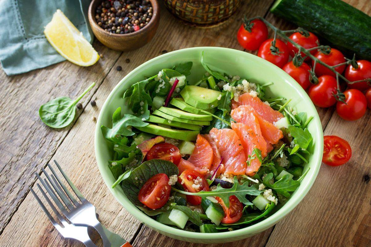 Bowl di verdure e salmone