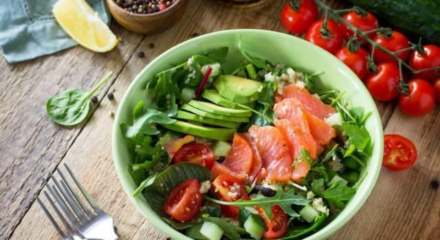 Nutriente e ricca di ingredienti: è la bowl di verdure e salmone!