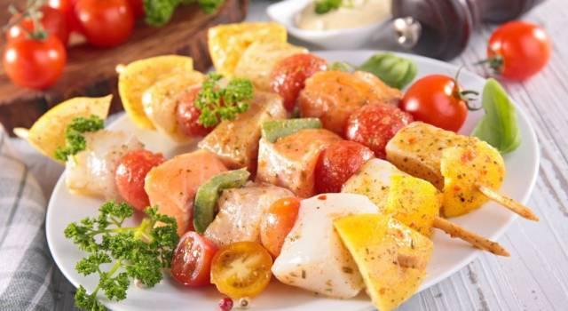 Spiedini di pesce misto al forno: colore e sapore in cucina!