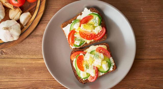Crostini estivi vegetariani: la ricetta con uova sode, pomodori e cetrioli!