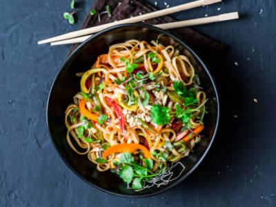 La pasta con peperoni, rucola e mandorle è incredibile: cosa aspetti a provarla?