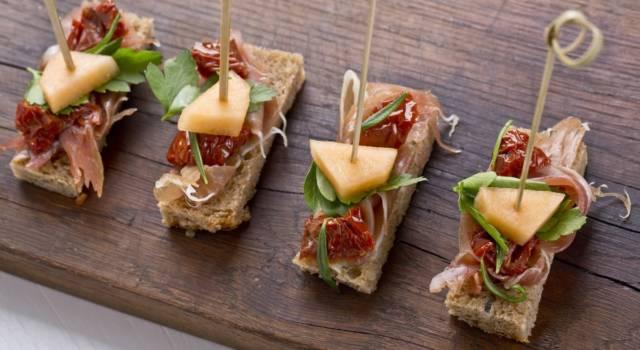 Mini sandwich con prosciutto, melone e pomodori secchi: impossibile resistere!