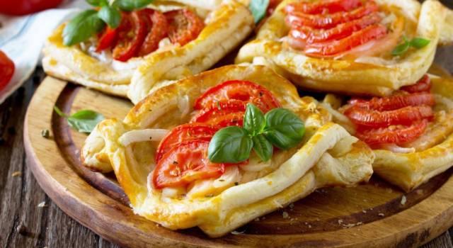 Sfogliatine di pomodoro e mozzarella: un antipasto irresistibile!
