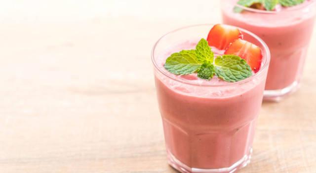 Fresco e goloso: è lo smoothie vegan con banane, fragole e tè verde!