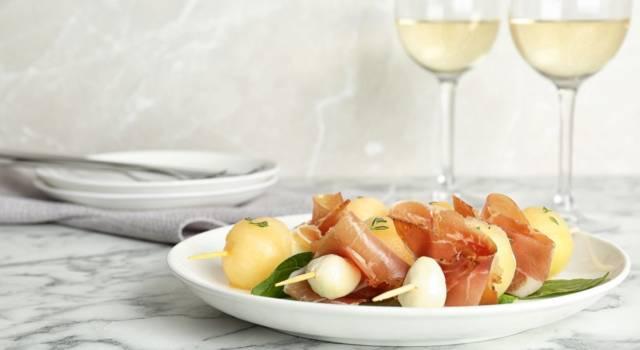 Spiedini con mozzarella prosciutto e melone: un delizioso antipasto estivo!
