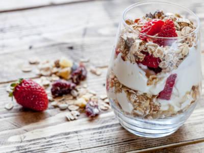 Golose coppette di yogurt con fragole fresche: una vera delizia per il palato