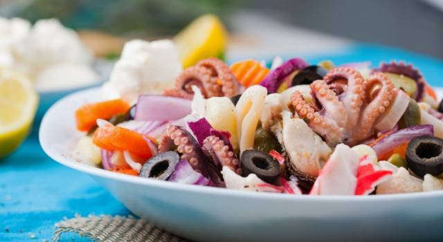 Ecco come si prepara l'insalata di mare, un trionfo di pesce ideale per ogni occasione