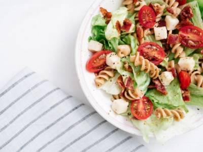 Ricca e ottima gustata fredda, ecco la ricetta della pasta con mozzarella e pomodorini